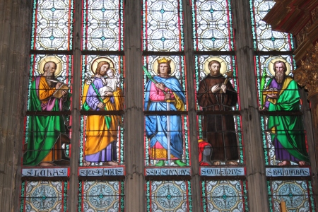 Christian saints. Stained glass in St. Vitus Cathedral, Prague. Sursa.